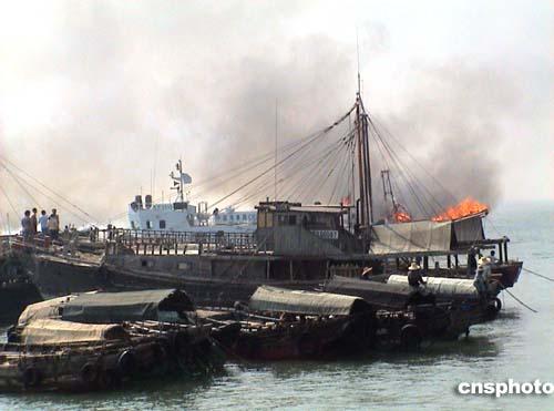 广东湛江东海岛渔船火灾现场(组图)