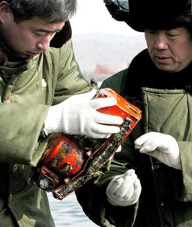 包头空难第一个黑匣子已打捞出水4