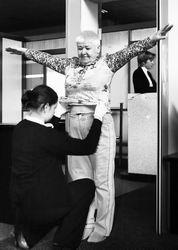 女乘客被男性摸敏感部位 美国机场安检离谱(图