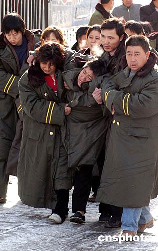 图:包头空难家属踏雪吊唁亲人