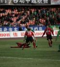 图文:北京现代主场对阵辽宁 比赛中一队员摔倒