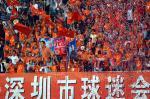 图文:广东足球十年等一回 深圳球迷欢呼胜利