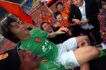 图文:广东足球十年等一回 球迷举起李玮峰庆贺