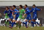 图文:广东足球十年等一回 李玮锋对方门前抢点