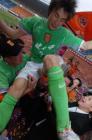 图文:广东足球十年等一回 李玮锋被球迷抛起