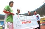 图文:广东足球十年等一回 李玮峰接过高额奖金
