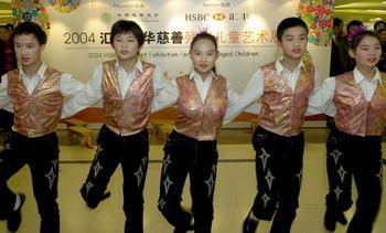 11月26日,北京市顺义区特殊教育学校的聋人学生在表演踢踏舞《快乐图片