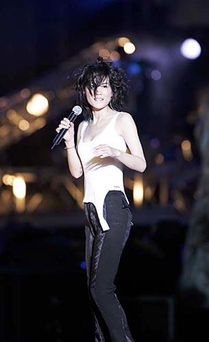 组图:王菲台北个唱 低领背心引起男歌迷尖叫