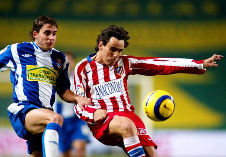 图文:西班牙人主场2-1马德里竞技 双方队员拼抢