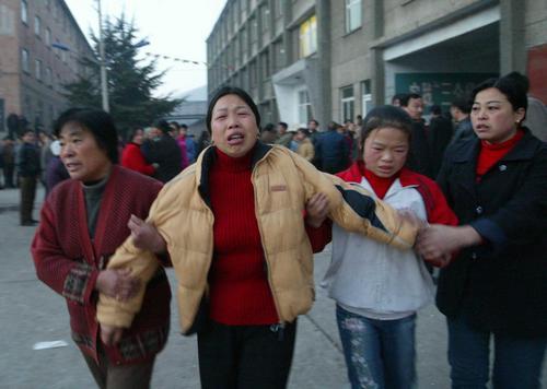 图文:陕西铜川爆炸事故 闻讯赶往矿井的家属