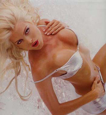 fifa2004小姐是瑞典的金发美女维多丽亚・希尔维丝特