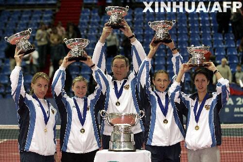 ...联合会杯网球赛决赛中,东道主俄罗斯队以3比2战胜卫冕冠军法...