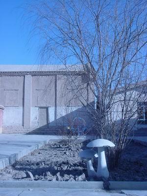 镇南门小学角,正对着的房子为土坯房来源:人民网