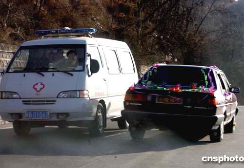 图:救护车婚车背道而驰