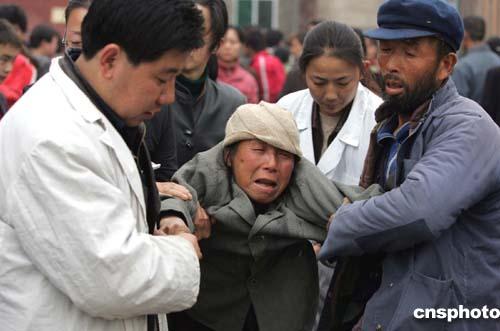 多图:医务人员救治悲伤过度的陈家山矿工家属