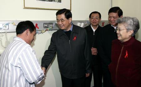 图文:胡锦涛在北京佑安医院考察