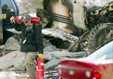 人从已经开始着火的飞机上拖出了已经意识不清的父亲