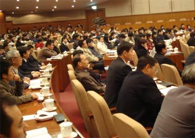 图:制造业中小企业峰会聚精会神聆听的企业家