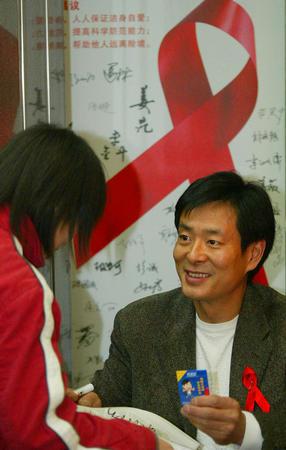 图文:濮存昕在京为预防艾滋病作宣传(2)