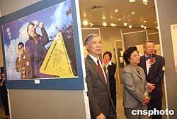 图:董赵洪娉出席香港世界艾滋日展览