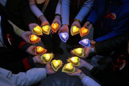 图文:爱心蜡烛祝福全世界艾滋病患者(2)