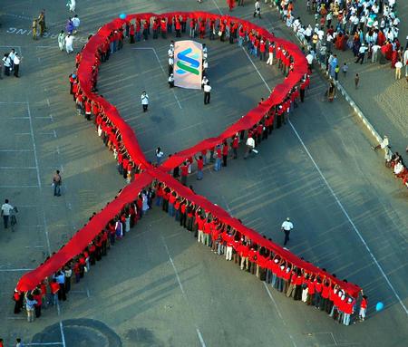 图文:印度举行活动纪念世界艾滋病日(2)