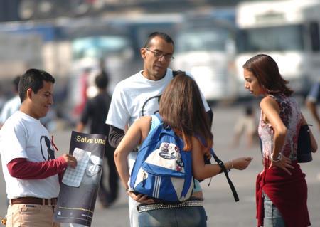 图文:墨西哥城纪念世界艾滋病日(3)