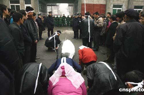 图:陈家山遇难矿工家属到矿井口追悼亡人