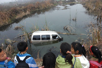 <img> 昨天下午,一辆面包车倒车失控滚进一个水塘中,记者闻高清图片