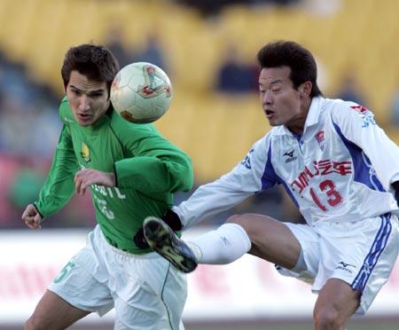图文:北京现代4-1重庆力帆 阿莱克萨激烈拼抢