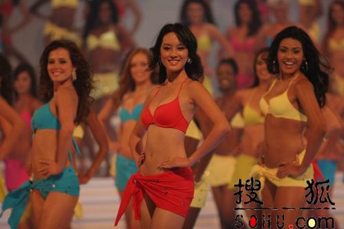 图文:中国小姐杨金现场走秀