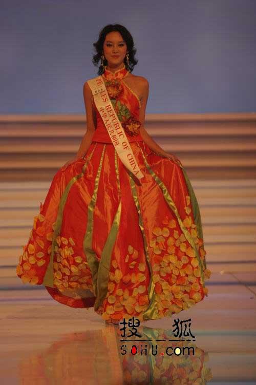 图文:参赛各国佳丽现场展示传统服饰-18