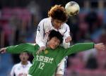 图文:中超22轮北京现代4-1力帆 石俊头球破门