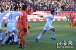 图文:中超第22轮天津1-1山东 于根伟庆祝进球