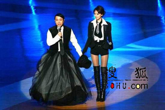 图:主持人蔡康永和林志玲酷装亮相