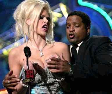 美女模特在舞台公然露乳