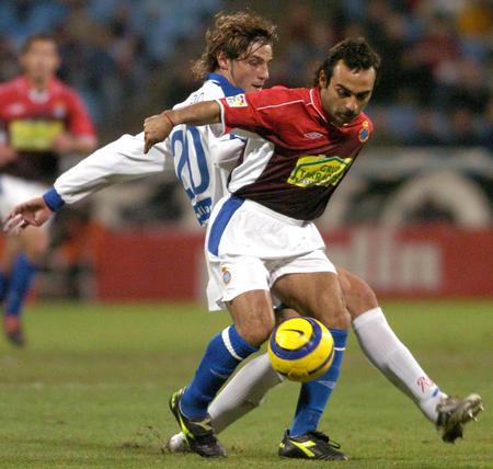 图文:萨拉戈萨0-1负西班牙人 双方队员拼抢-搜