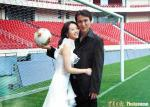 图文:卞军婚礼成球星秀场 绿荫场上拍婚照