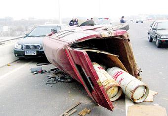 据初步分析,事故原因可能是面包车车速过快加上严重超载,在变向时导致