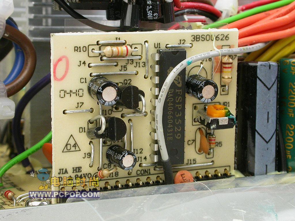 是这款电源的智能温控电路,其作用是根据温度智能通过调节风扇的电压