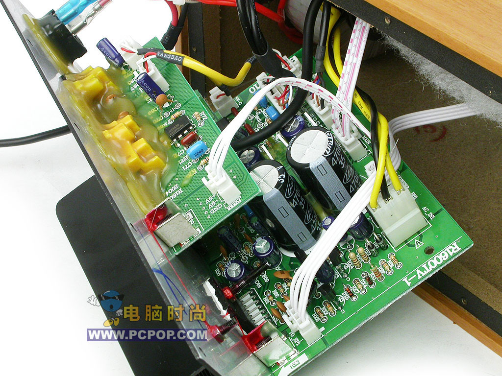 第2页:内部设计扬声单元 选料有特色  R1600T不仅外形紧凑,就连内部电路做的同样是精巧无比。R1600T内置2块电路板??前极放大和后极放大。  为了尽可能的提高音质,漫步者特意为R1600T的主副音箱都均匀的延壁贴了一层吸引棉。   扬声单元的选材上,R1600T使用了漫步者自行开发的EDF106-8低音扬声器,振膜材质为复合纤维,表面上看上去有些象布纹,摸上去感觉振膜刚性很好。漫步者官方网站上注明的是三层复合纤维盆,磁钢相对其四寸口径已经不小了。 高音单元上R1600T采用了漫步者自行开发的高音