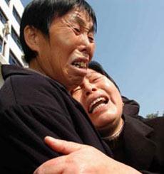 黄静的母亲(右)痛不欲生