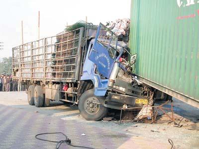昨天清晨6时50分,在佛山市南海区罗村桂丹路上,发生一起特大交通