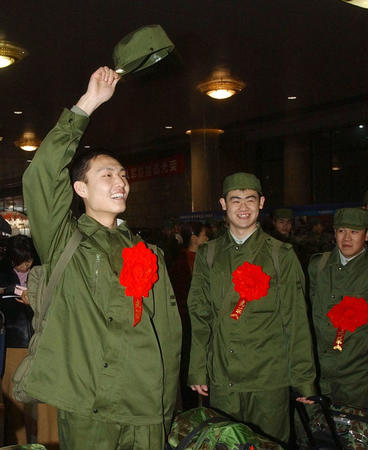 胸戴大红花的入伍新战士在