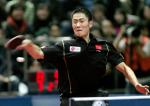 图文:乒联总决赛拉开战幕 王励勤比赛中回球