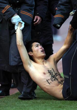 """图文:中超杯球场""""不速客""""裸奔球迷倒地不起"""