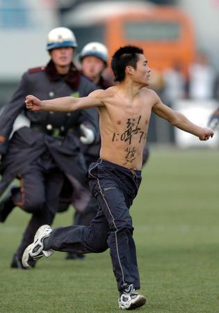 """图文:中超杯球场""""不速客""""警察追赶裸奔球迷"""