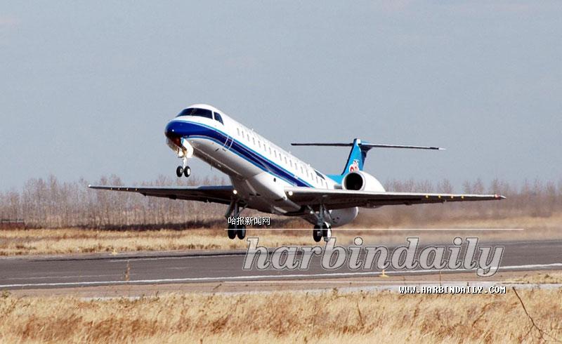 23日12时,随着第四架国产ERJ145喷气支线飞机顺利腾空而起,哈尔滨安博威飞机工业有限公司向其首家用户中国南方航空公司又交付了一架该型飞机。这是继今年6月28日及9月3日交付的该型号飞机之后交付的第四架。根据合同还将有两架飞机陆续交付。至2005年1月,全部6架飞机将交付完毕。   中国南方航空公司作为中国本土生产的ERJ145喷气支线飞机的首家用户,于2004年2月向哈尔滨安博威飞机工业有限公司订购了6架ERJ145喷气支线飞机,同时也是该公司成立以来首次引入先进喷气支线客机的运营。目前,已经