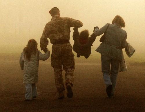 黄勇均 什么 幸福/12月11日,在英国沃明斯特,一名刚刚回国的苏格兰高地警卫团...
