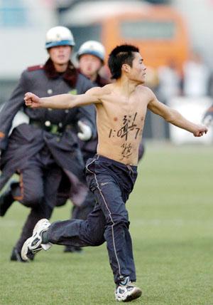 """陪中国足球""""裸奔""""(图)"""